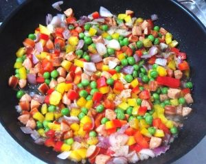 rying-bell-peppers-and-sausages-for-pan-fried-Macaroni-Recipe