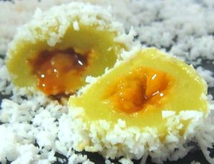 Ondeh-Ondeh-with-coconut-sugar-filling