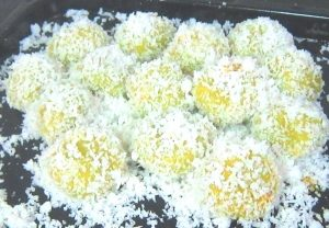 Ondeh-Ondeh-coated-with-coconut-flakes